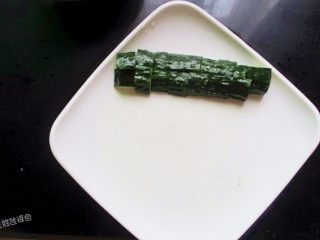 五色水果拼盘,准备一个盘子,先摆上黄瓜,把绿色的皮放在上面,这样摆起来比较养颜