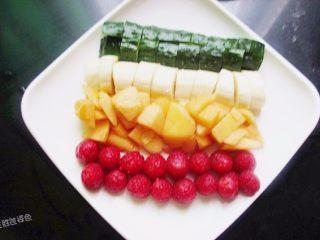 五色水果拼盘,依次放上树莓摆整齐