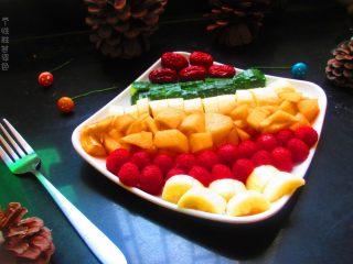 五色水果拼盘,最后在加一点红枣,尽量把整个盘子摆满,这样效果比较饱满
