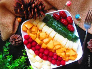 五色水果拼盘,看着漂亮的水果盘,心情也变好了嫩~