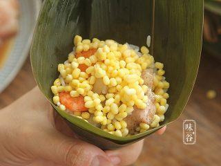 粤式海鲜咸肉粽,再铺一层绿豆;