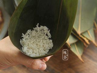粤式海鲜咸肉粽,底部放入一大勺糯米;