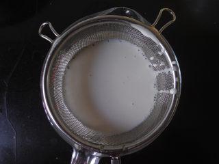 免洗凉皮,然后将面浆过滤一下,这样过滤是为了让面浆更细腻