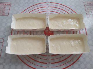 冰淇淋小蛋糕,把面糊倒入长方形的纸盒里,用牙签在蛋糊里划几下,减少气泡