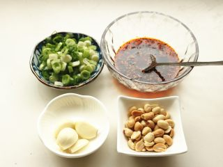 香辣口水鸡,准备好配料,红油是提前做好的,小葱切碎,花生米炒熟去红衣,不去也可以。