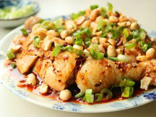 香辣口水鸡,撒上小葱碎和花生米,就做好了。