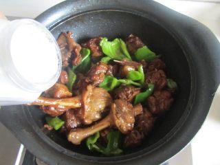 啤酒鸭,最后加入适量的盐和胡椒粉调味即可盛入小煲中, 再配上啤酒,好美味。