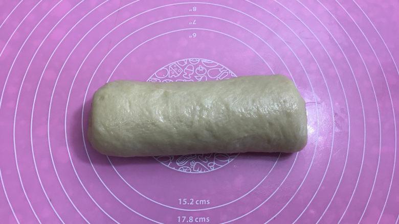 面包机版黑钻吐司,由上向下卷起,收口处捏紧,压在下方。