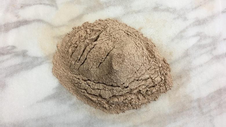 面包机版黑钻吐司,将低筋面粉和可可粉混合过筛备用。