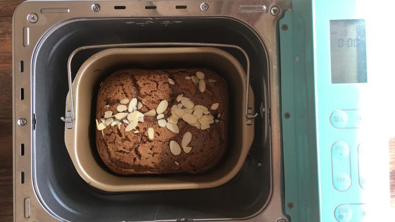 面包机版黑钻吐司,2烘烤结束后打开面包机,可以用牙签插入,检查蛋糕是否烤熟。