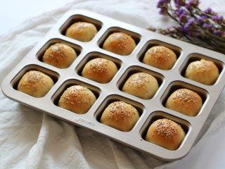 黄豆粗粮迷你汉堡,面包烤熟后取出脱模放凉