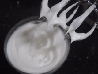 树莓之恋慕斯,蛋白加入细砂糖打发至出现短小尖角