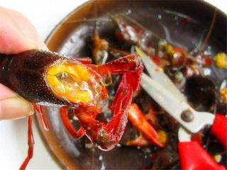 麻辣啤酒小龙虾,小龙虾的最脏部分在头部和虾肠,用剪刀将头部斜着剪去,虾肠抽去,不介意的话,头部也可以不剪