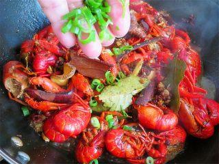 麻辣啤酒小龙虾,夹出葱段弃之,撒入葱花,即可关火出锅