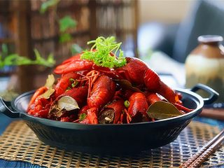 麻辣啤酒小龙虾,装盘和家人配上啤酒欢快畅饮享受美味的小龙虾吧