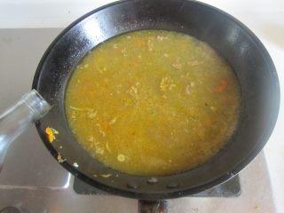 酸汤肥牛,再一次沿着锅边放入白醋,