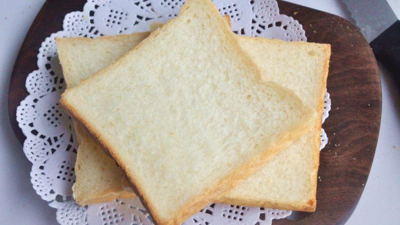 玉米沙拉三明治,出炉后立即脱模,在晾架上散热,取出后最好先侧放一会儿,以免凹腰,待完全凉透再切片。