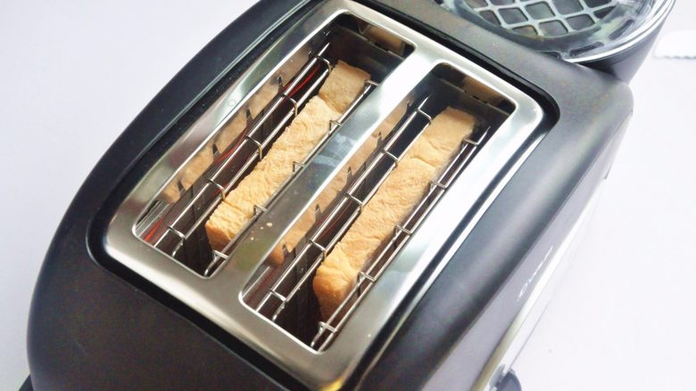 玉米沙拉三明治,取两片吐司,放入多士炉,不喜欢色深,选择了一档。