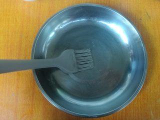 最适合夏天吃的清清凉凉的糯米凉糕,取不锈钢盘子,刷上油,方便脱模。