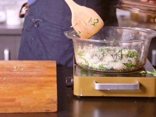 灵魂猪油菜饭,米饭熟后放入一些猪油和青菜搅拌,关火烘制10分钟左右,就可以开始滋养灵魂了~