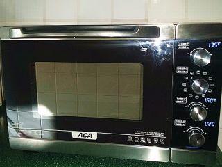 巧克力曲奇,送入预热好的烤箱中层:上火175度,下火160度