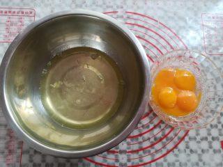 草莓蛋糕盒子,准备无水无油的盆子,分出蛋白和蛋黄,蛋白放冰箱待用