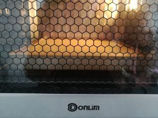 草莓蛋糕盒子,烤盘放入烤箱底层,上火120度,下火170度烤20分钟