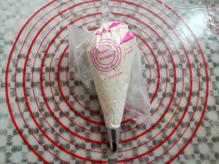 草莓蛋糕盒子,淡奶油装入裱花袋,我用的中号8齿裱花嘴,挤出来的淡奶油比较厚