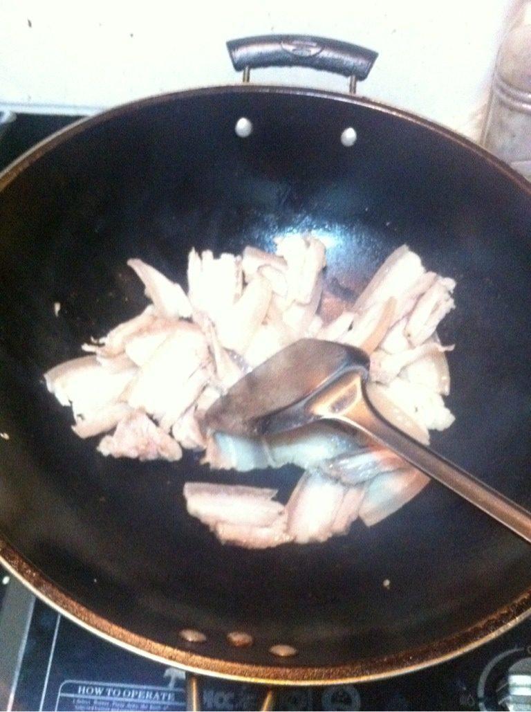 回锅肉,大火烧锅,先用一块比较肥的肉煎出油润锅,这样就不用放底油,然后再把肉倒进锅里翻炒。