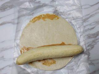 花生酱香蕉酥,香蕉去皮后放在花生酱上面