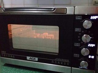 花生酱香蕉酥,送入预热好的烤箱:220度上下火、烤8~10分钟