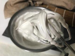 轻乳酪蛋糕,蛋白分3次加糖打发至湿性发泡,即提起打蛋器有大弯钩。
