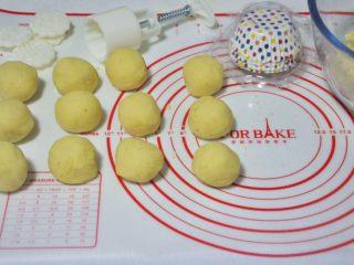 绿豆糕,将绿豆泥均分成45克一个的小团,准备50克的月饼模。