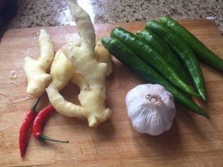 生炒鸡块,生姜、蒜、还有辣椒都准备好;