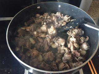 生炒鸡块,待鸡肉的颜色变了,这样再翻炒下;