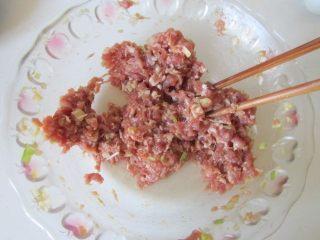 西葫芦肉馅锅贴,顺着一个方向搅拌上劲, 腌制十分钟;