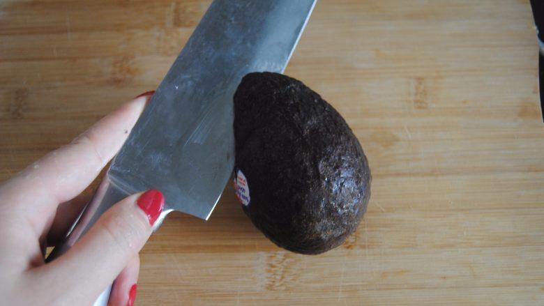 牛油果酸奶昔,牛油果挑选发黑的硬身的才是熟的