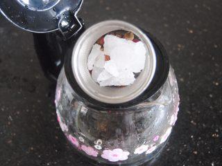 双莓玫瑰水果茶,放入冰糖,糖量可以根据自己口味调