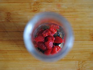 双莓玫瑰水果茶,放入要用的瓶子或者杯子里