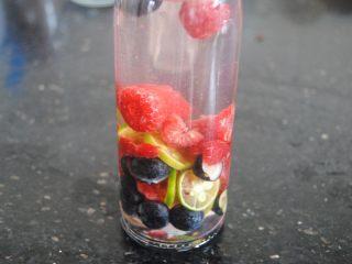双莓玫瑰水果茶,冲入刚稍稍放凉的玫瑰花茶