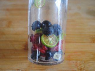 双莓玫瑰水果茶,再放入写整颗的蓝莓和树莓