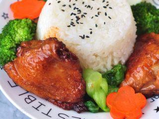 酱香鸡肉饭,最后摆盘,将蔬菜和鸡肉分别摆好,喜欢味道浓郁的还可以把汤汁浇上去。
