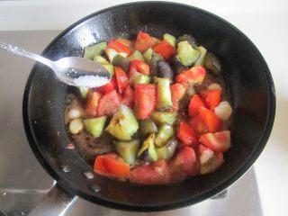 西红柿烧茄子,加入少许生抽和糖, 翻炒一分钟即可;