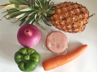 粗粮凤梨炒饭,准备制作炒饭的食材,洗净备用。
