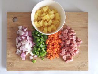 粗粮凤梨炒饭,取出的凤梨肉、洋葱、青椒、胡萝卜、火腿肉切成丁。