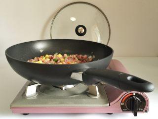 粗粮凤梨炒饭,关火,加入凤梨丁翻拌均匀,准备装盘。