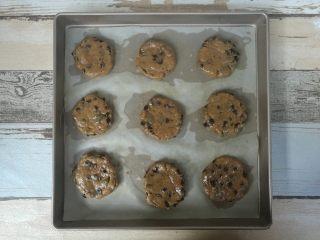 红糖巧克力曲奇,戴一次性手套揉成小面团(或者用小勺子舀入烤盘),排入烤盘内,压扁。