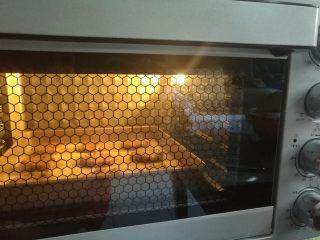 红糖巧克力曲奇,送入预热好的烤箱上下火175度烘烤12分钟。