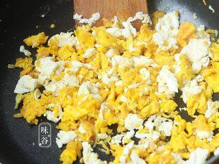 赛螃蟹~用鸡蛋做出海鲜味,最后把炒好的蛋黄倒入锅内一起翻炒几下即可;