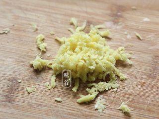 赛螃蟹~用鸡蛋做出海鲜味,姜剁成蓉;
